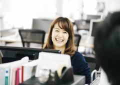 オフィスカジュアル 女性 笑顔