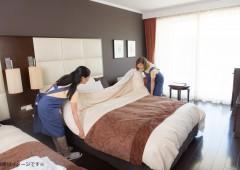 女性2人でベッドメイク