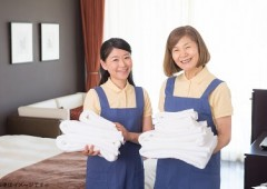 客室でタオルを持って微笑むメイド2人 - コピー