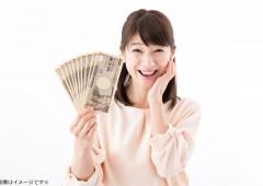 現金を持つ女性