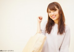 笑顔でショッピングバッグ