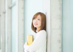 私服 女性 単独 背景有り (11)