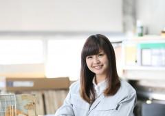 梱包作業女性 カメラ目線