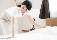 ベッドメイク女性