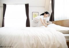 ベッドメイク女性 三角巾なし